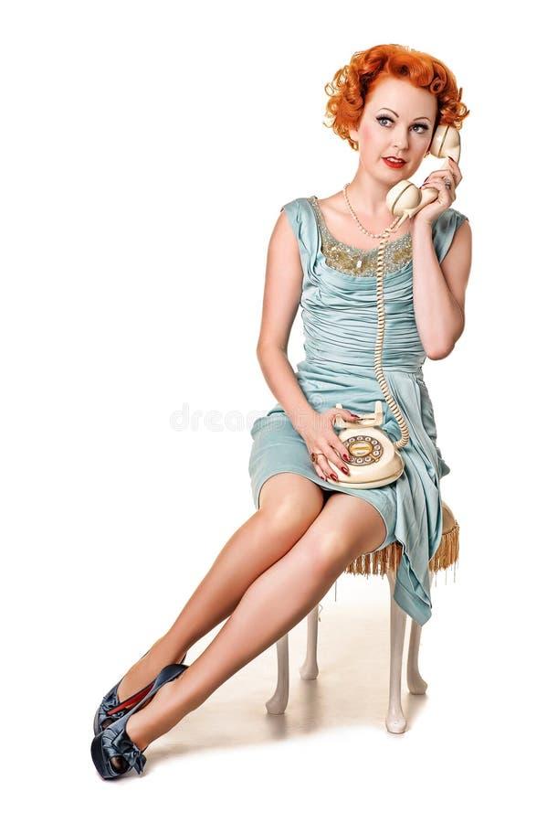 Redhead bastante retro en el teléfono imagen de archivo libre de regalías