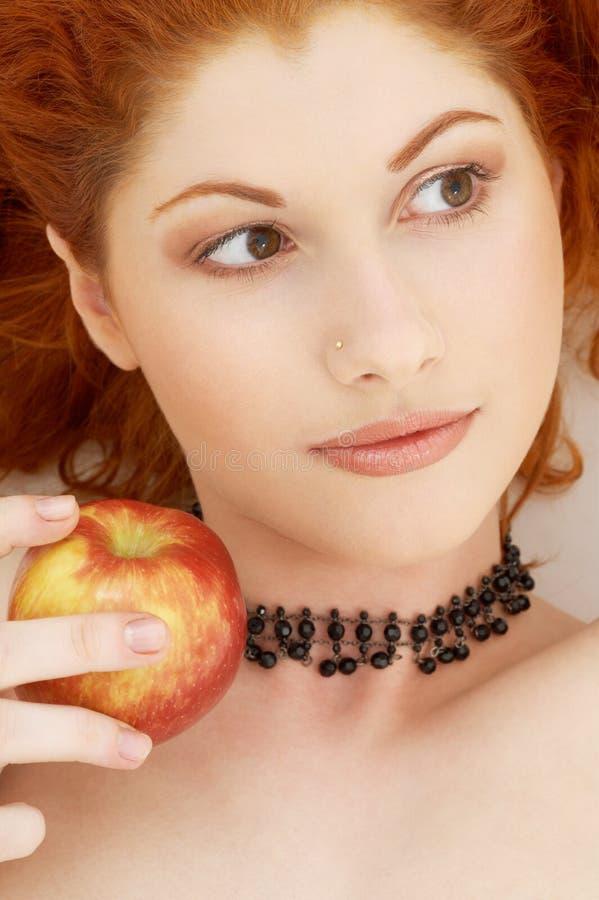 Redhead encantador con delicioso foto de archivo libre de regalías