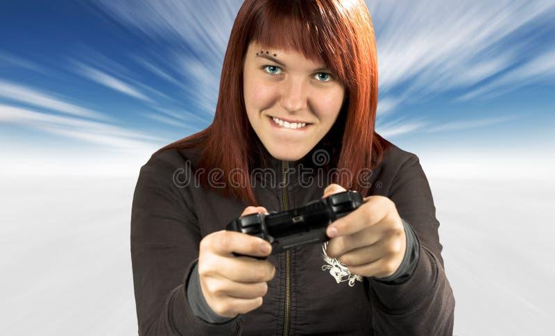 Redhead lindo que juega a los juegos video en invierno
