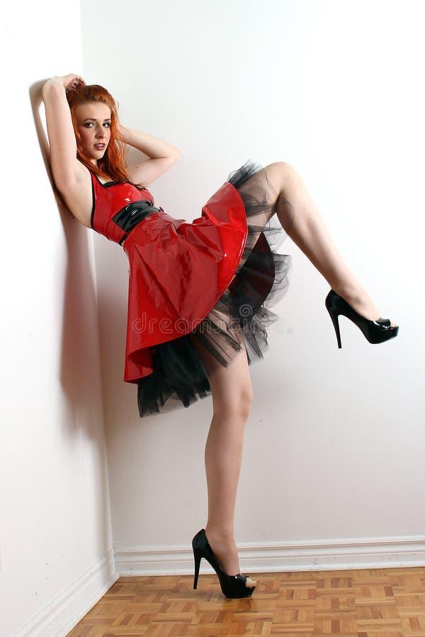 Redhead no vestido do PVC imagens de stock royalty free