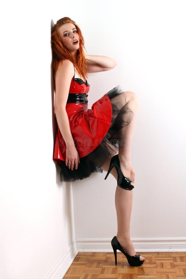 redhead pvc платья стоковая фотография