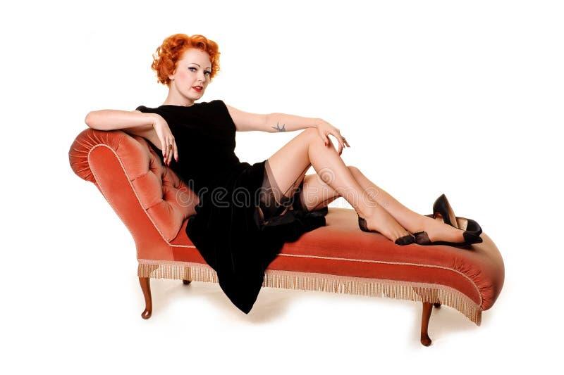 Redhead retro hermoso en el sillón fotos de archivo