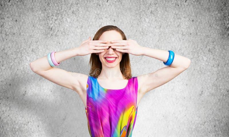 Redhead schönes Mädchen, das die Augen mit Händen schließt stockfotografie