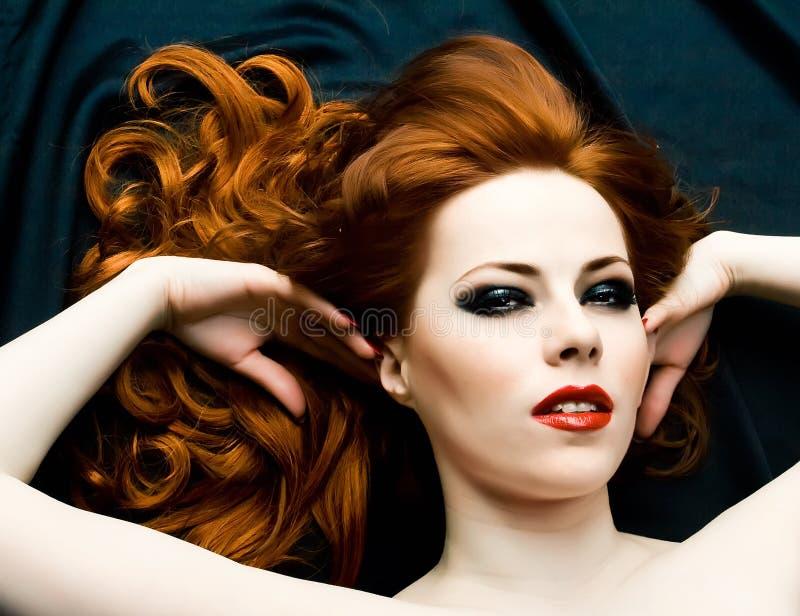 Redhead-Sinnlichkeit lizenzfreie stockbilder