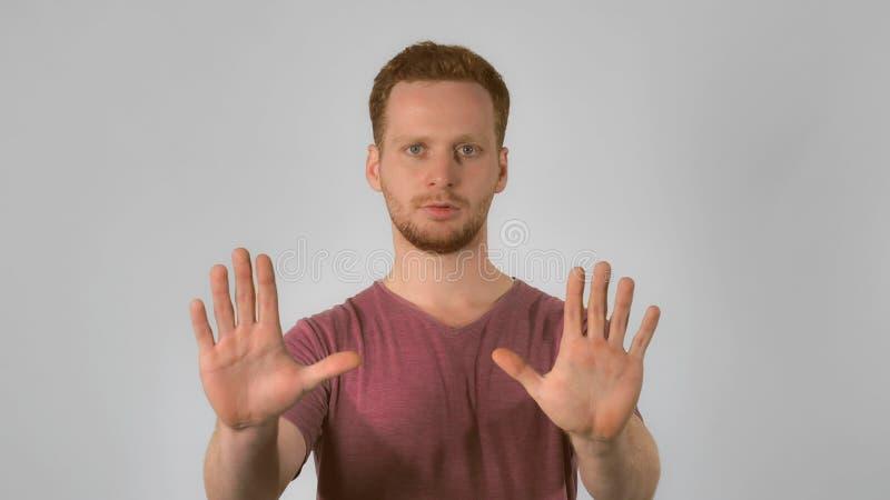 Redheaded мужчина показывает знаку то ` s достаточно стоковые фото