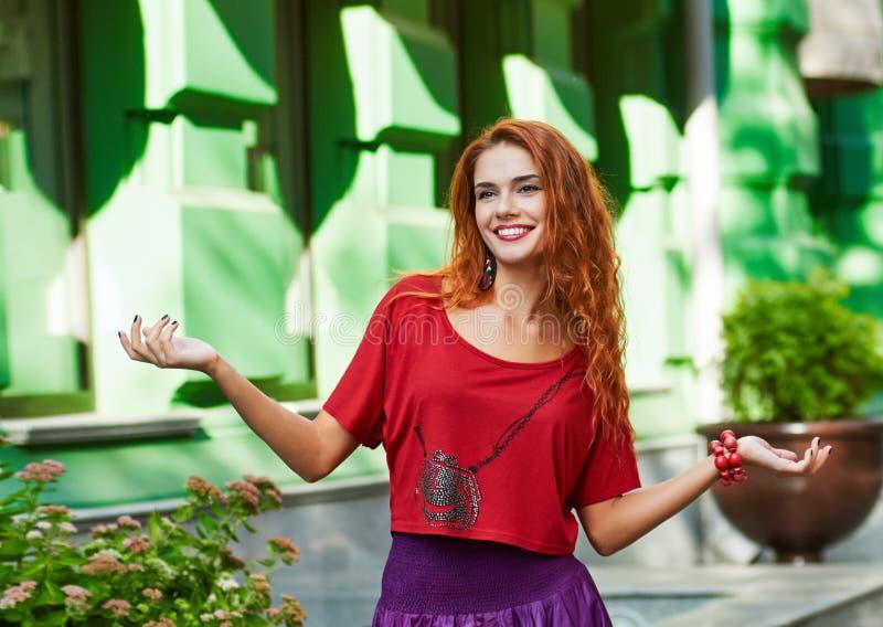 redheaded женщина портрет города солнечного света стоковое фото