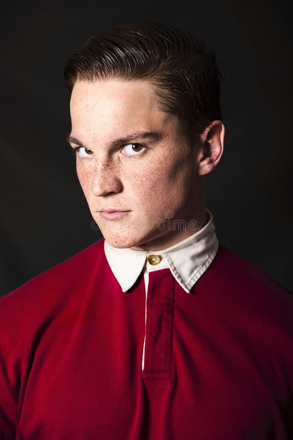 Redheaded человек в красной рубашке с белым воротником стоковое фото