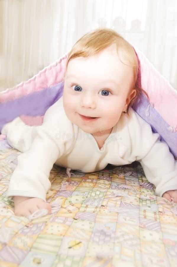 Redheaded Baby unter Decke lizenzfreie stockfotos