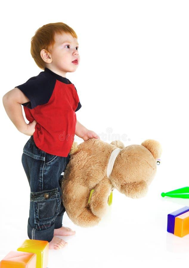 Redheaded jong geitje met teddybeer royalty-vrije stock fotografie