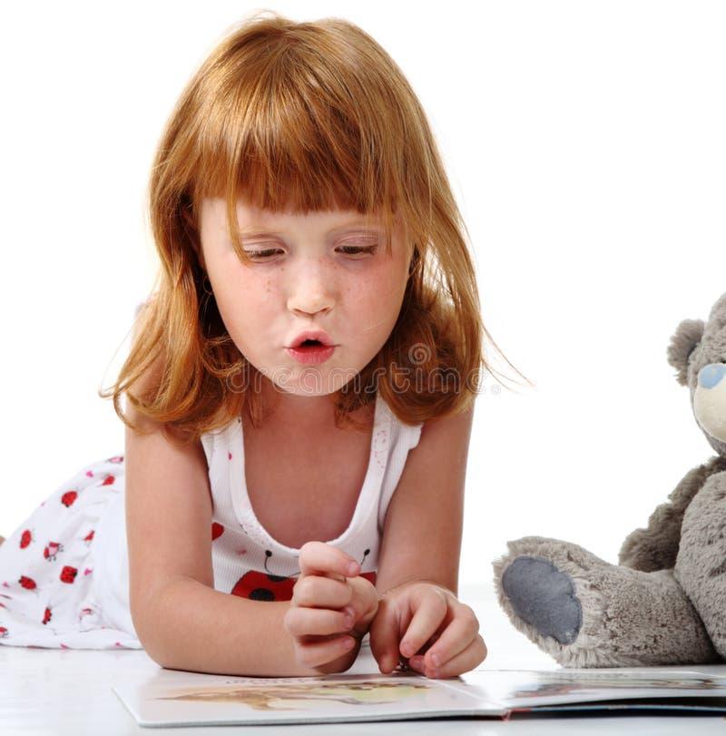 Redheaded Kind mit Spielzeug lizenzfreies stockbild
