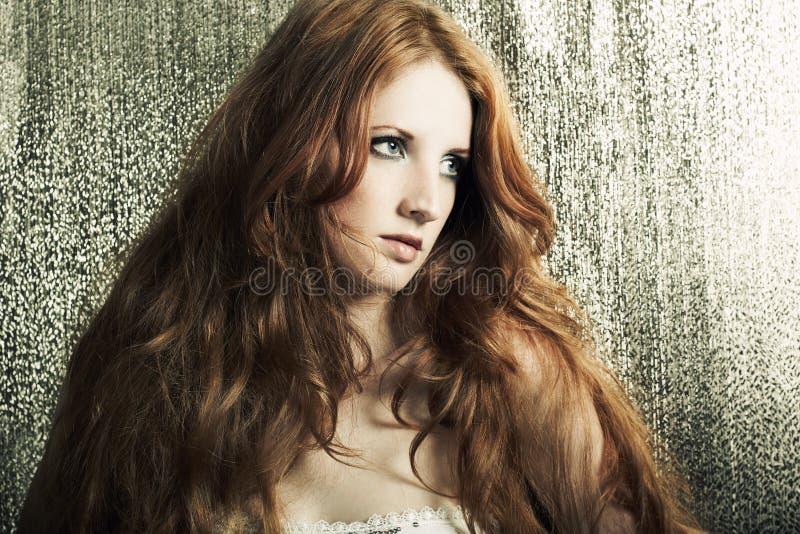 redheaded kvinna för härlig modestående arkivfoton