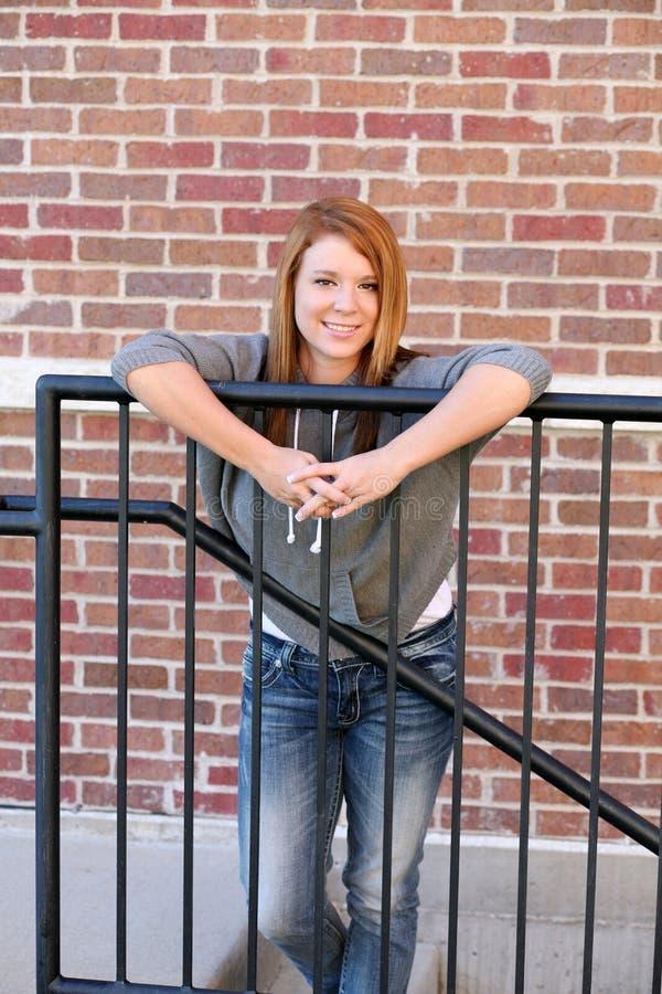 Download Redheaded Mädchen In Der Beiläufigen Kleidung Stockfoto - Bild von ziegelstein, beiläufig: 27730370