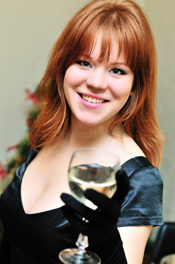 Redheaded Mädchen mit Glas Wein lizenzfreie stockfotografie