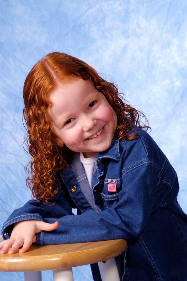 Redheaded Mädchenlächeln stockbilder