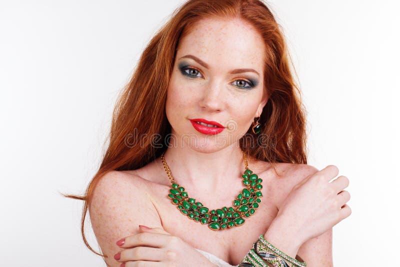 Redheaded meisje draagt groene halsband stock fotografie