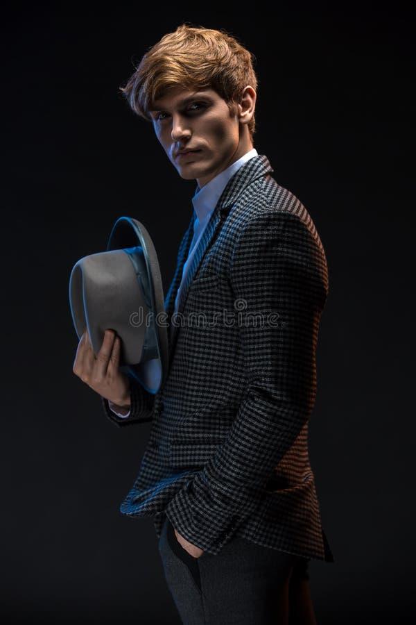 Redheaded mens in een plaidkostuum met hoed stock afbeeldingen