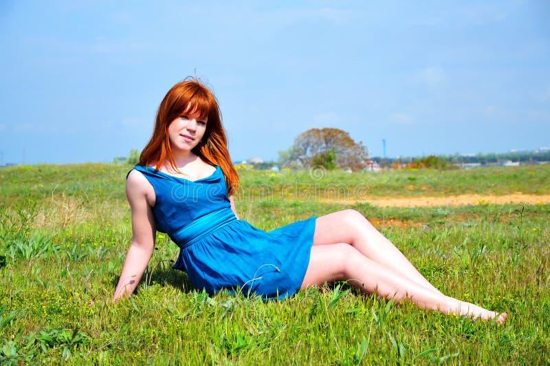 Redheaded schoonheid op de weide royalty-vrije stock foto