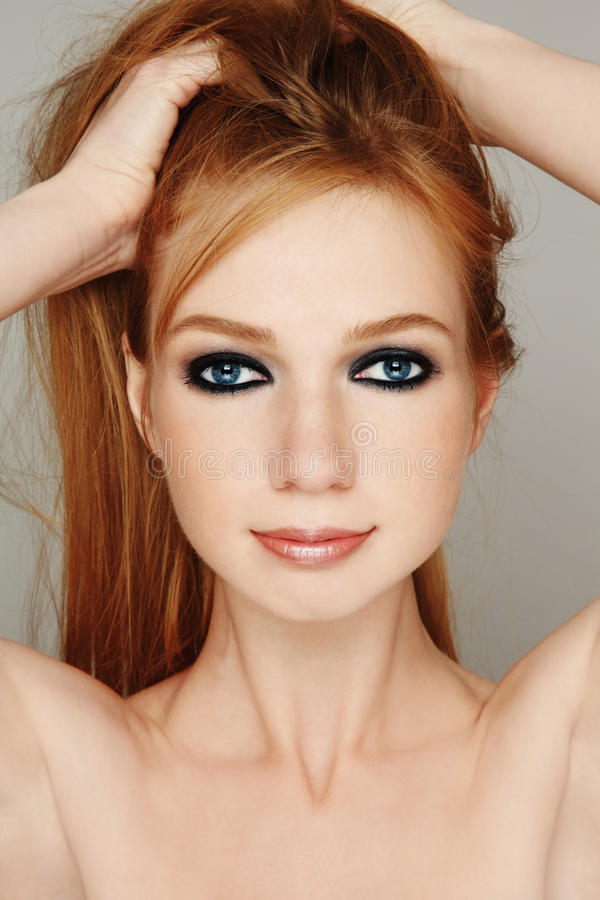 Redheadflicka royaltyfria foton