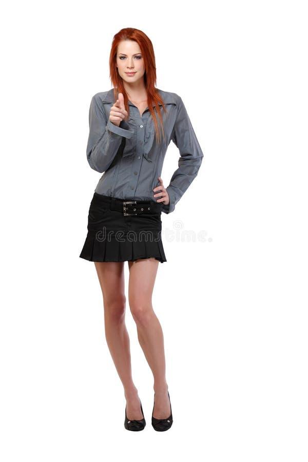 Redheadfrau, die auf Sie zeigt lizenzfreie stockfotos