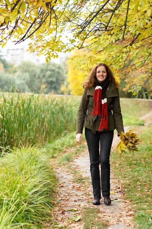 Redheadfrau, die in den Park geht stockfoto