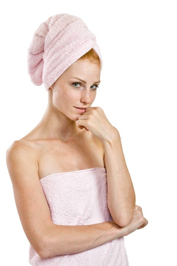 Redheadfrau im Tuch lizenzfreie stockfotografie