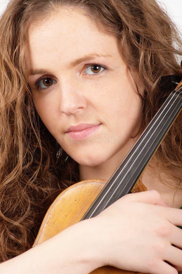 Redheadfrau mit Violine lizenzfreie stockfotos