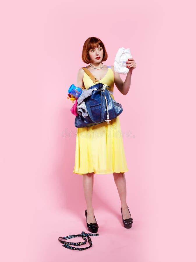 Redheadfrau mit Windel lizenzfreies stockbild