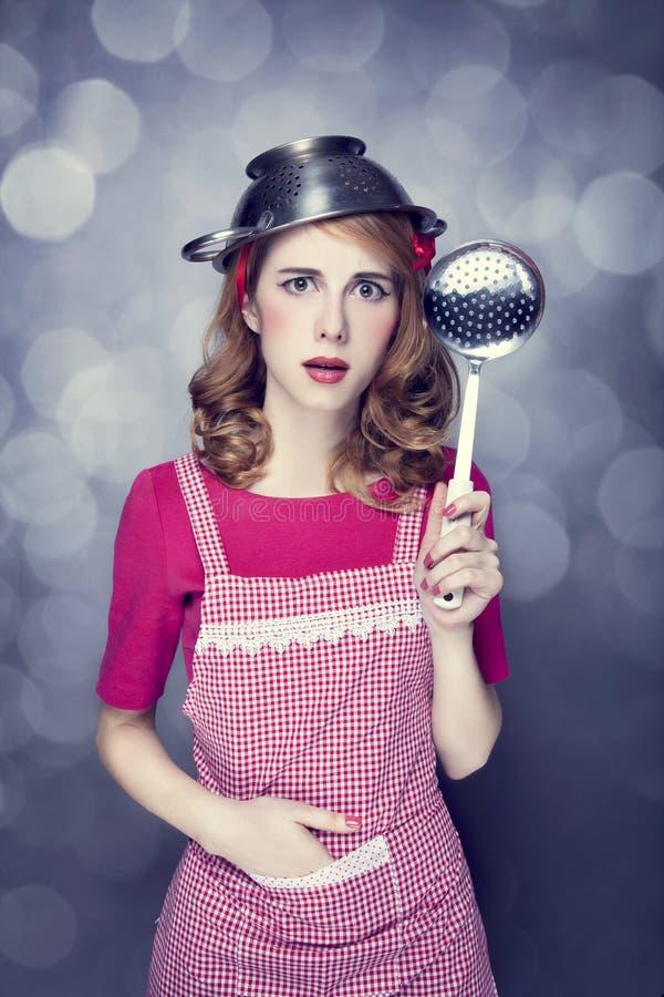 Redheadhausfrau mit Suppenschöpflöffel lizenzfreie stockbilder