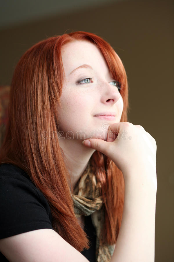 Redheadmädchen, das von der Zukunft träumt lizenzfreie stockbilder