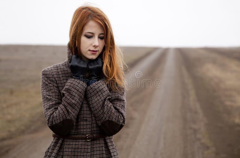 Redheadmädchen an der Straße. stockfoto