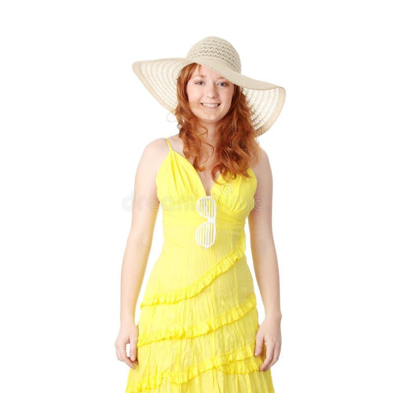 Redheadmädchen im gelben Sommerkleid stockbilder