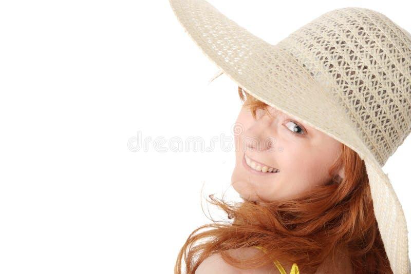 Redheadmädchen im gelben Sommerkleid stockfoto