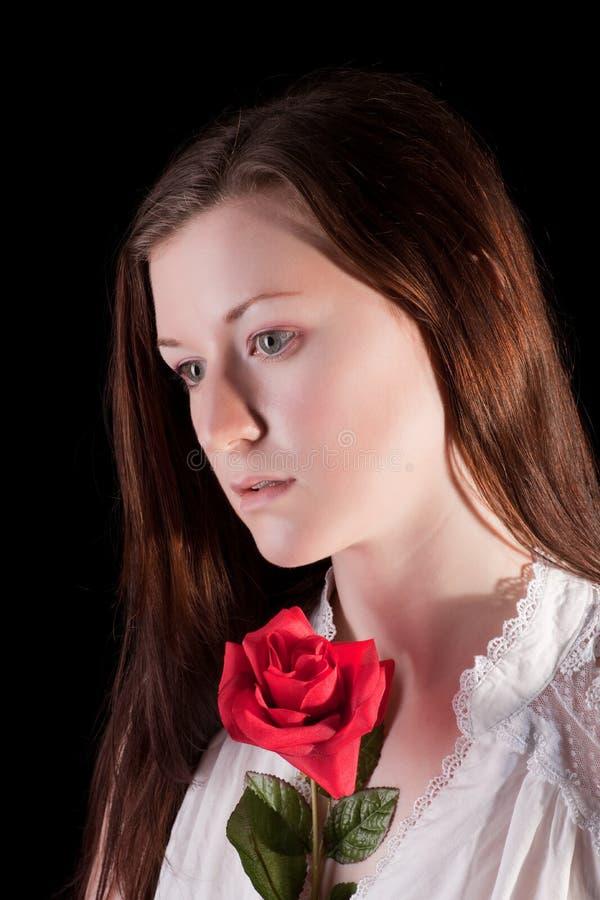 Redheadmädchen mit stieg lizenzfreies stockbild