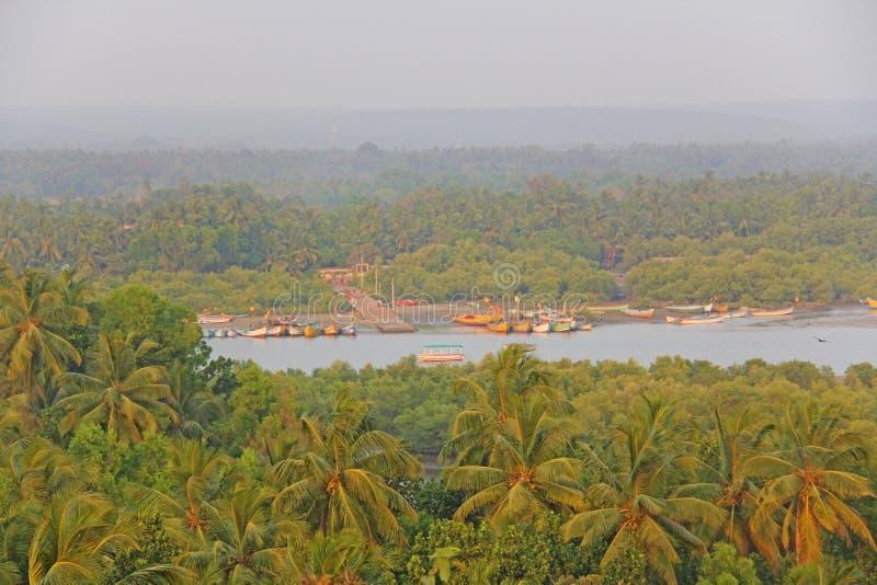 Redi堡垒 从堡垒的看法向河,船坞,棕榈树丛pl 免版税库存照片