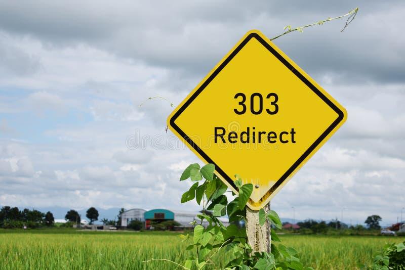 303 Redirect znaka ulicznego i rices pole w tle fotografia stock