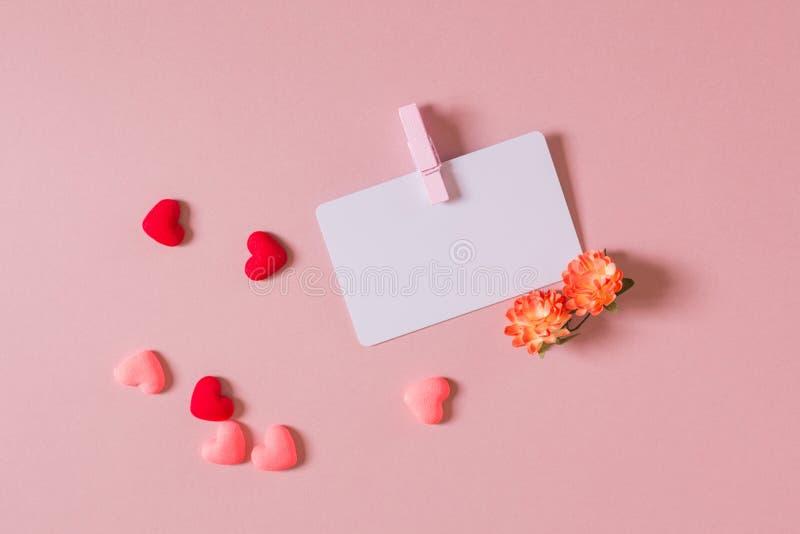 Redit del ¡ di Ð/modello biglietto da visita con il morsetto, i fiori della molla ed i piccoli cuori fotografia stock