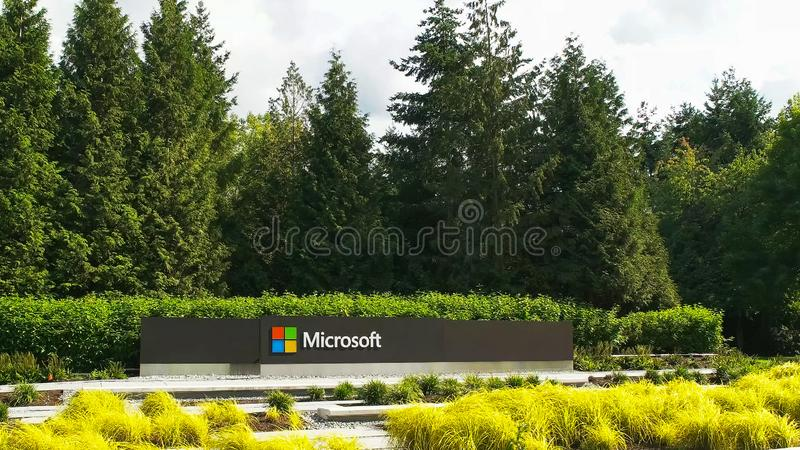 REDMOND WASHINGTON, USA SEPTEMBER 3, 2015: bred sikt av den Microsoft Windows logoen och namn på seattle arkivfoto