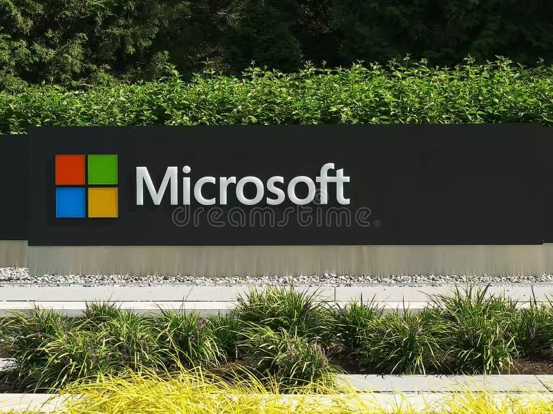 REDMOND WASHINGTON, USA SEPTEMBER 3, 2015: slut upp den yttre sikten av den Microsoft Windows logoen och namn på seattle royaltyfria foton
