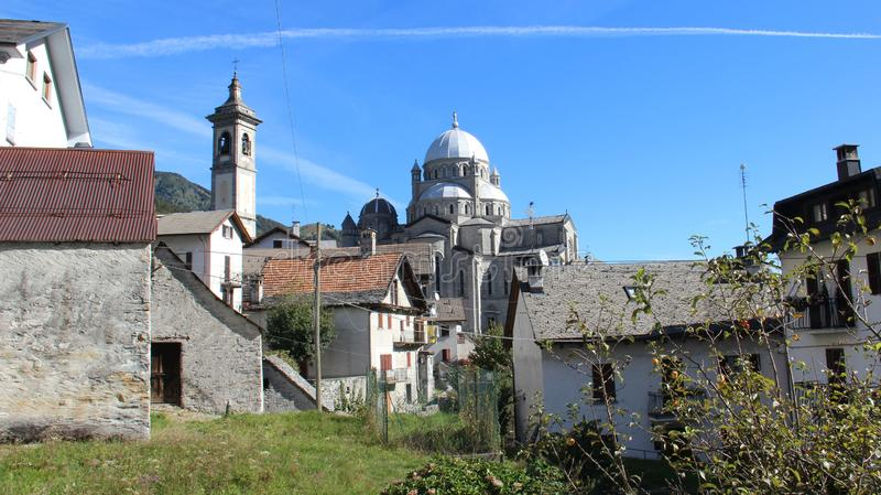 Redorf und alte Dorf-Kirche in der Sommerzeit stockbilder
