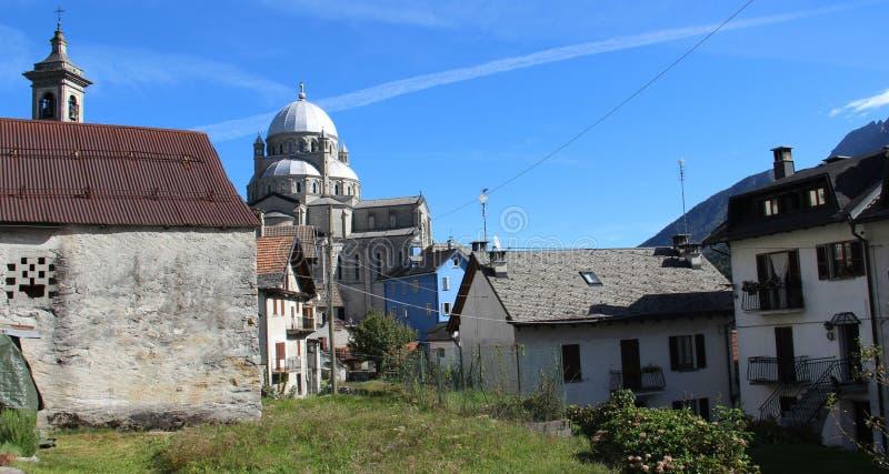 Redorf und Dorf-Kirche stockfotos