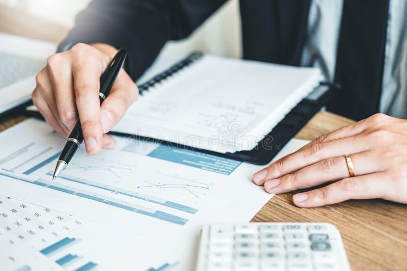 Redovisning för affärsman som beräknar kostad ekonomisk budgetinvestm arkivfoton
