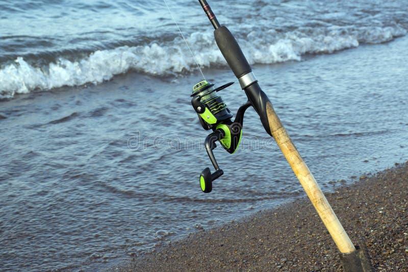 Redskap f?r att fiska Spole för en gata eller en rotering Campa Fiska i dammet royaltyfri foto