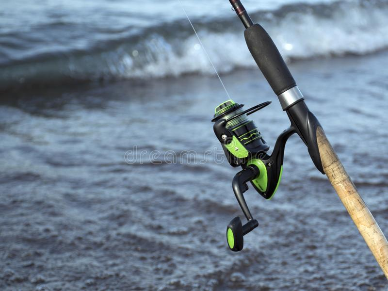 Redskap f?r att fiska Spole för en gata eller en rotering Campa Fiska i dammet royaltyfria bilder