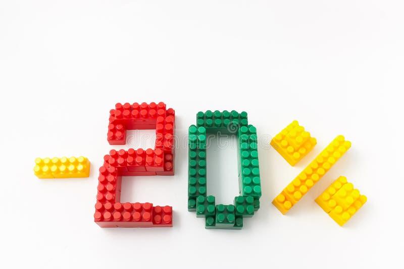 Reducción de precio en porcentaje Un descuento Figuras de un diseñador coloreado de los cubos en un fondo blanco fotos de archivo