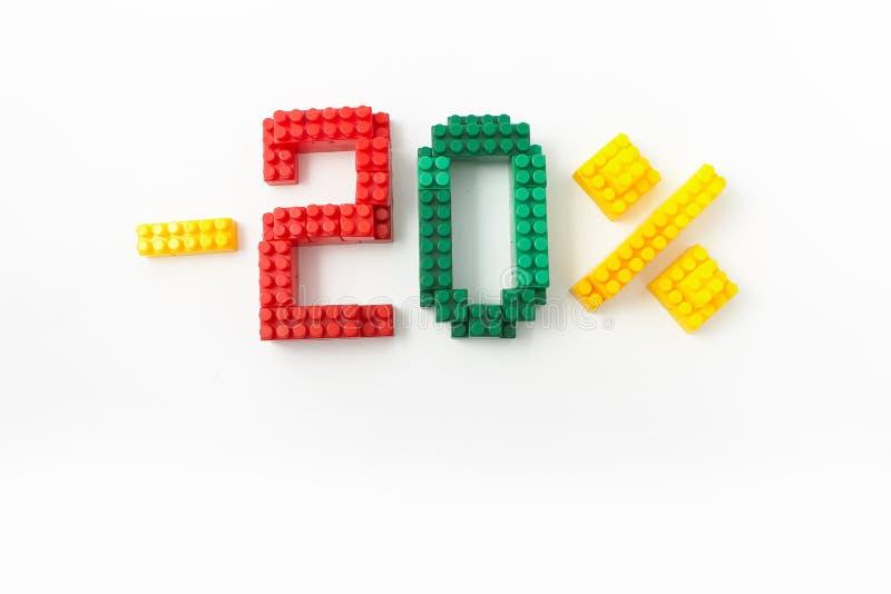 Reducción de precio en porcentaje Un descuento Figuras de un diseñador coloreado de los cubos en un fondo blanco fotografía de archivo libre de regalías