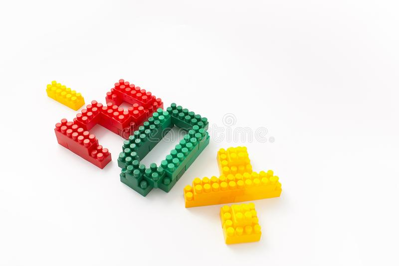 Reducción de precio en porcentaje Un descuento Figuras de un diseñador coloreado de los cubos en un fondo blanco fotos de archivo libres de regalías