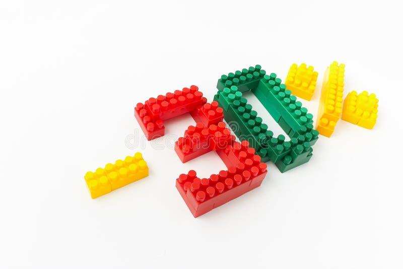Reducción de precio en porcentaje Un descuento Figuras de un diseñador coloreado de los cubos en un fondo blanco foto de archivo