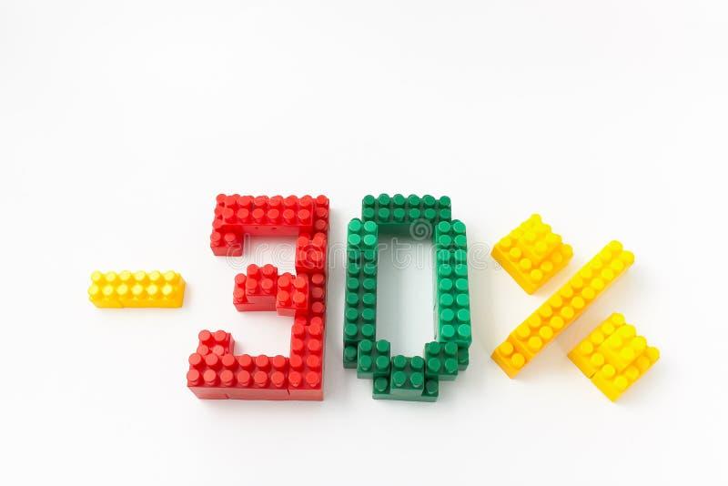 Reducción de precio en porcentaje Un descuento Figuras de un diseñador coloreado de los cubos en un fondo blanco foto de archivo libre de regalías