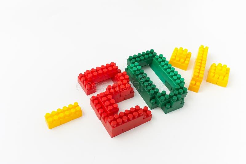 Reducción de precio en porcentaje Un descuento Figuras de un diseñador coloreado de los cubos en un fondo blanco imagen de archivo libre de regalías
