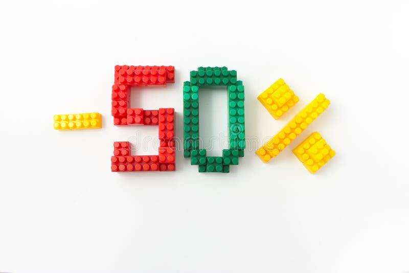 Reducción de precio en porcentaje Un descuento Figuras de un diseñador coloreado de los cubos en un fondo blanco imagen de archivo